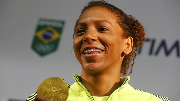 La brasileña Rafaela Silva sostiene su medalla dorada durante la conferencia de prensa