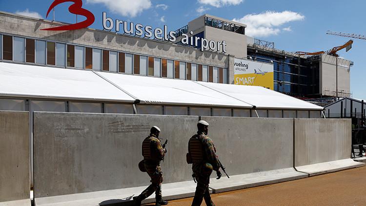 Soldados belgas patrullan los alrededores de la zona de salidas del aeropuerto internacional de Zaventem en Bruselas (Bélgica)