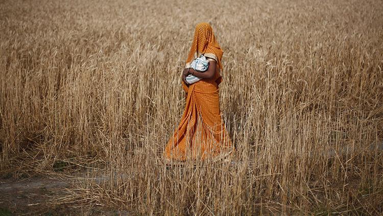 ¿Lanzaría a su bebé desde 9 metros para darle suerte? En la India sí lo hacen (VIDEO)