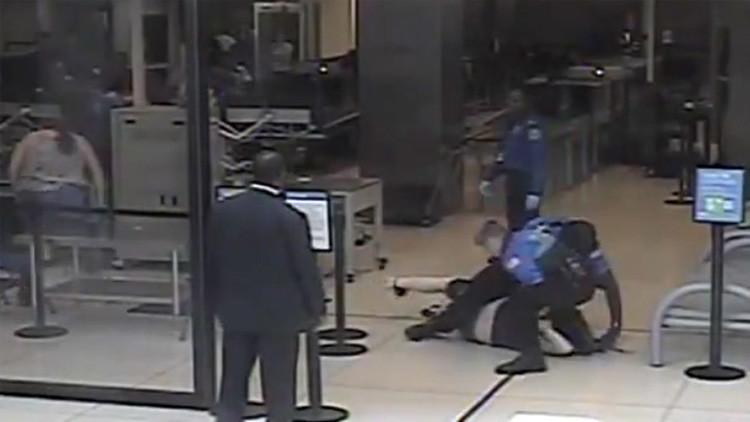 VIDEO: Detienen violentamente a una joven discapacitada y con cáncer en un aeropuerto en EE.UU.