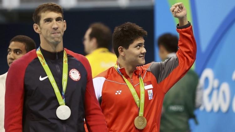 Joseph Schooling, de Singapur, celebra su medalla de oro junto al estadounidense Michael Phelps, el 12 de agosto de 2016.