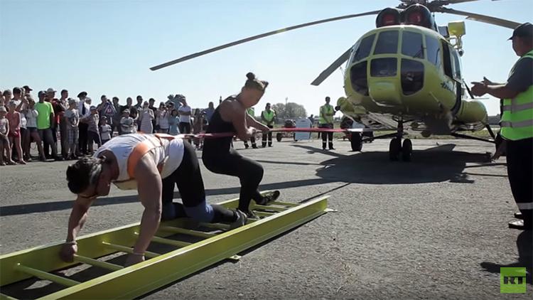Video: Una siberiana mueve un helicóptero de 8,6 toneladas