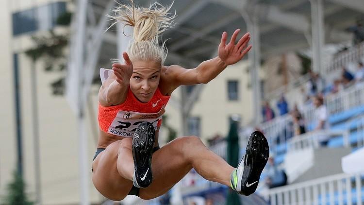 La atleta rusa Daria Klíshina realiza un salto de longitud