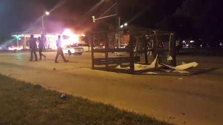 EE.UU.: Enfrentamientos con la Policía y coches quemados en una noche de caos en Milwaukee (Video)