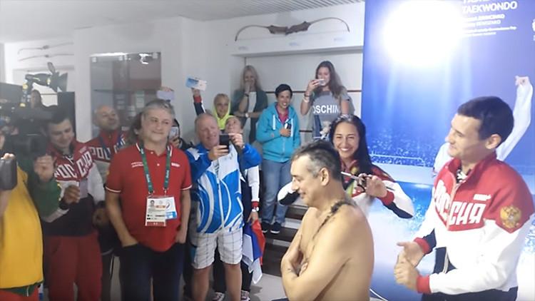 VIDEO: Esgrimistas rusos rapan a su entrenador tras conseguir una nueva medalla de oro en Rio