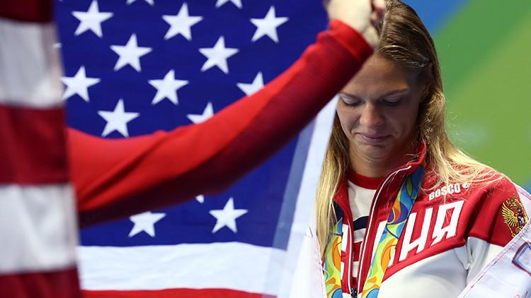 """La nadadora rusa Efímova tacha de """"guerra"""" la conducta de su rival estadounidense"""