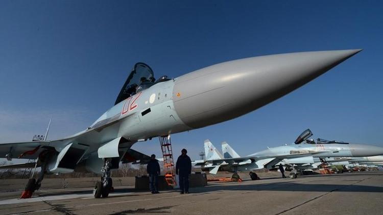 'Rey de los aires': El caza Su-35 ruso 'derrota' al F-15 estadounidense