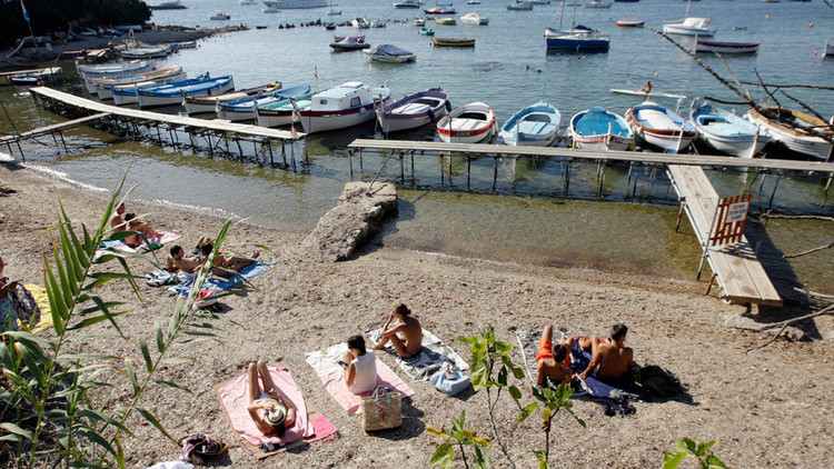 Video: Pánico y estampida en un balneario francés por una falsa alarma de tiroteo