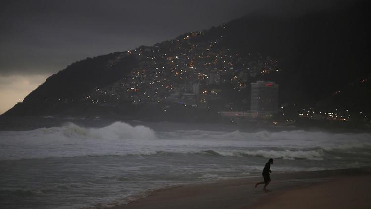 Prohíben a los deportistas australianos salir a la playa al anochecer