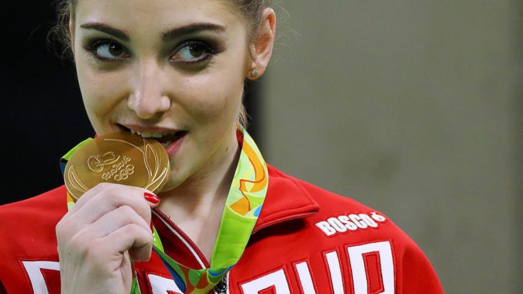 ¿Por qué los campeones olímpicos muerden sus medallas?