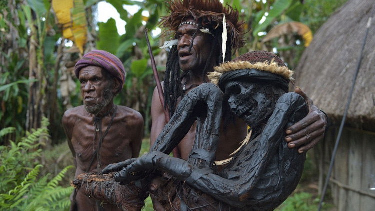 Fotos: El impactante rito de la momificación con humo de una remota tribu de Papúa Nueva Guinea