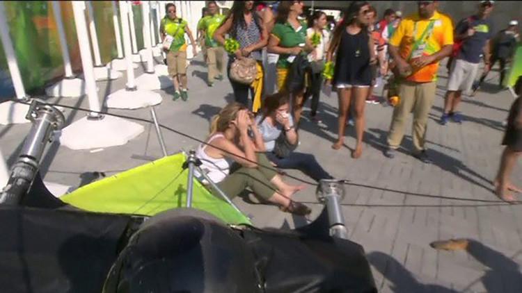 Río: La caída de una cámara casi mata a dos mujeres