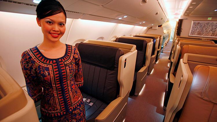 ¿Por qué las azafatas tienen las manos detrás de la espalda al recibir a los pasajeros?