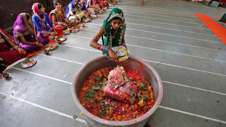 Una joven ofrece su lengua a una diosa hindú para cumplir todos sus deseos