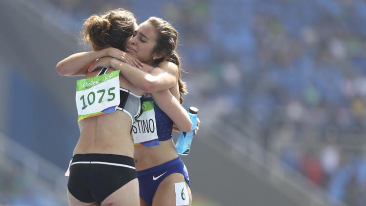 El espíritu olímpico de Río: Una atleta ayuda a otra tras caer en la pista (fotos)