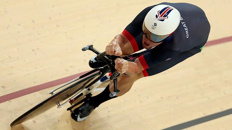 Un ciclista británico provoca un choque múltiple en la pista y gana la medalla de plata (FOTOS)
