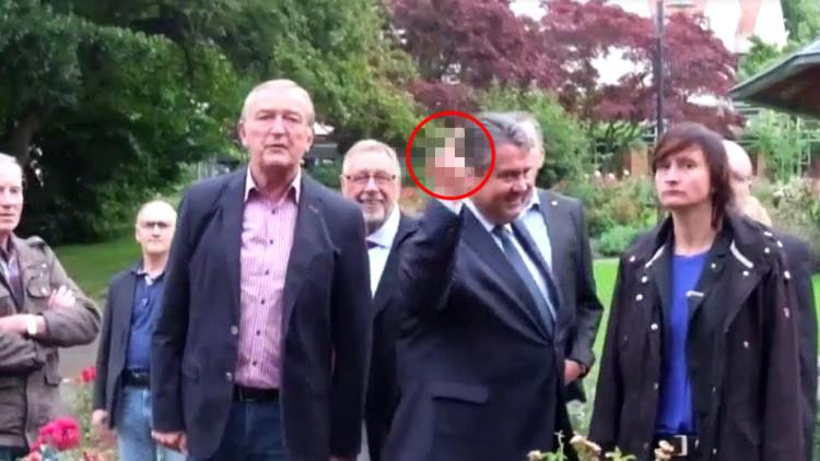 """Video: El vicecanciller alemán muestra el dedo medio a unos ultraderechistas que le llaman """"traidor"""""""