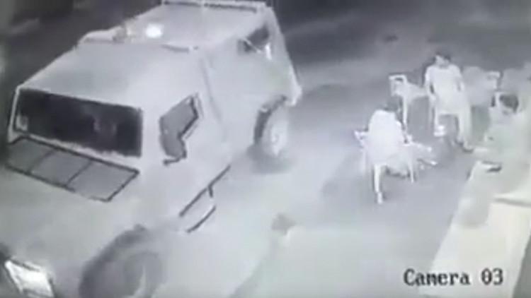 Video: Militares israelíes arrojan una granada aturdidora contra civiles palestinos