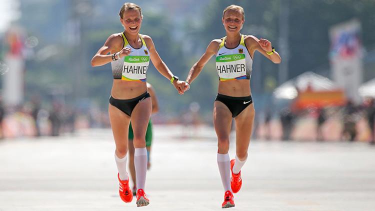 ¿Momento emotivo o frío cálculo? Unas gemelas terminan la maratón de la mano en los JJ. OO.