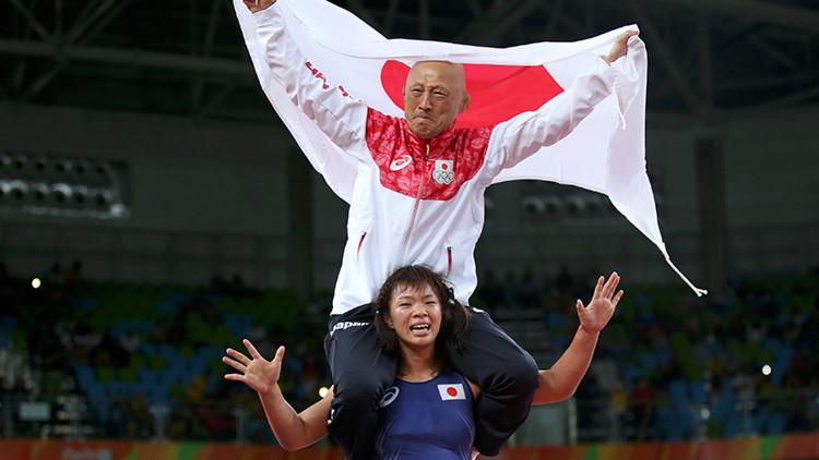 Fotos: Una luchadora japonesa celebra el oro derribando a su entrenador