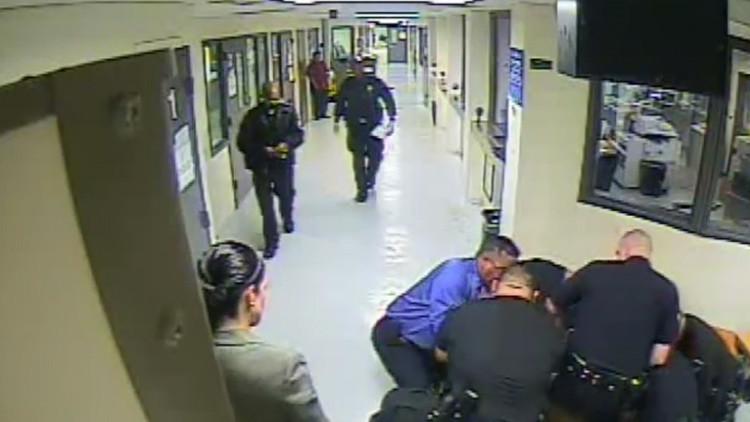 Cuatro agentes revuelcan a un detenido ebrio