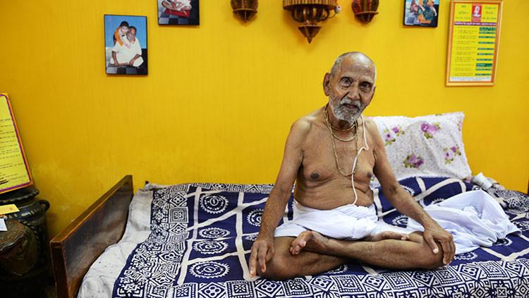 Mucho yoga y nada de sexo: el secreto para vivir 120 años