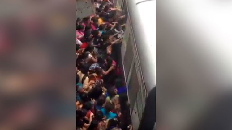 FUERTES IMÁGENES: Mujeres caen bajo el tren en hora punta en una estación de la India