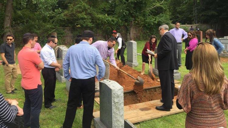 Decenas de personas acuden al funeral de una solitaria anciana a la que no conocían