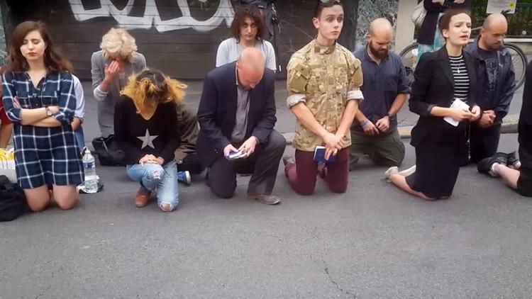 VIDEO: Un cristiano noquea a un transeúnte durante una oración porque le molesta la música del móvil