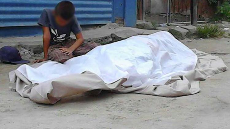 Un niño llora junto al cadáver de su padre en Honduras (FUERTE VIDEO)