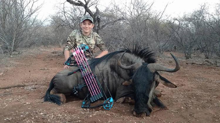 Una niña cazadora de 12 años posa junto a animales que mató y desata la indignación