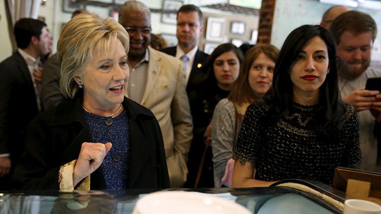 Hillary Clinton y su asesora de campaña, Huma Abedin, en Birmingham, Alabama.