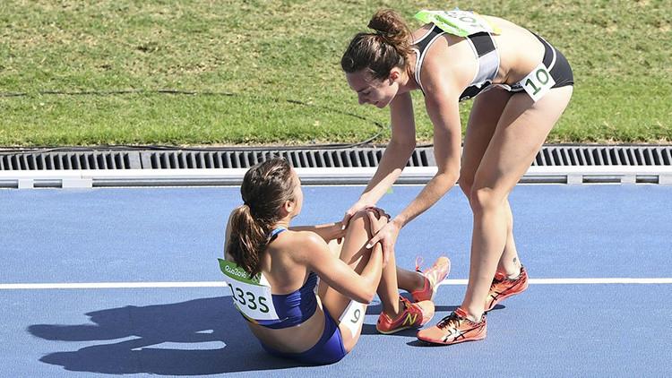 La atleta estadounidense Abbey D'Agostino y a la neozelandesa Nikki Hamblin