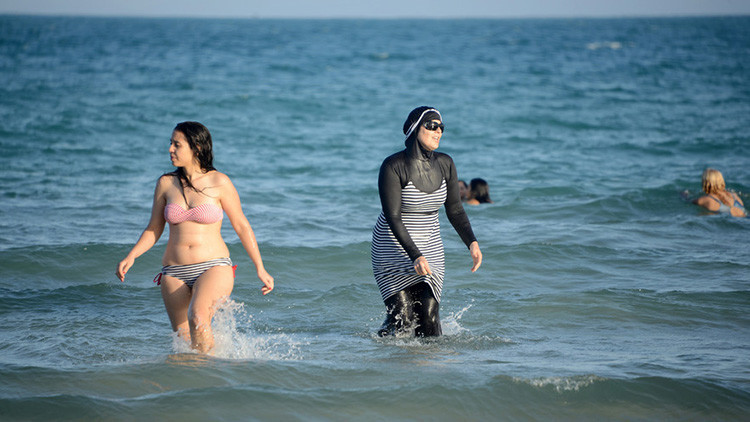 Los franceses salen a la playa para protestar contra el 'burkini' (Video, fotos)