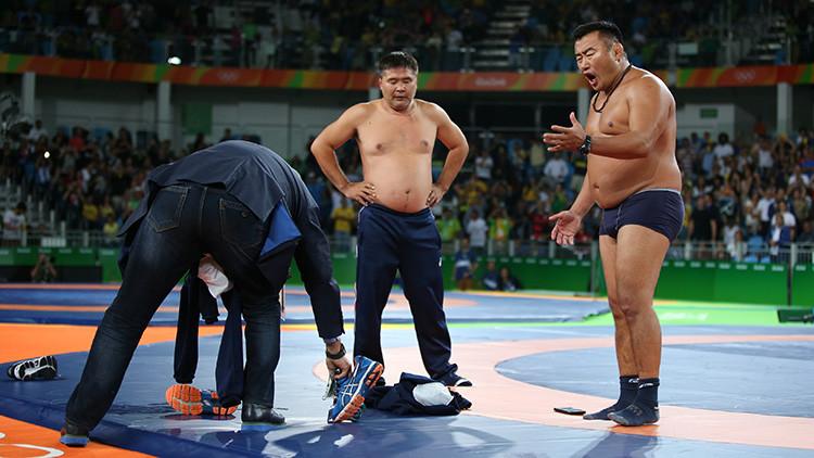 Desnudos y furiosos: entrenadores de luchador mongol se desvisten en protesta tras perder el bronce