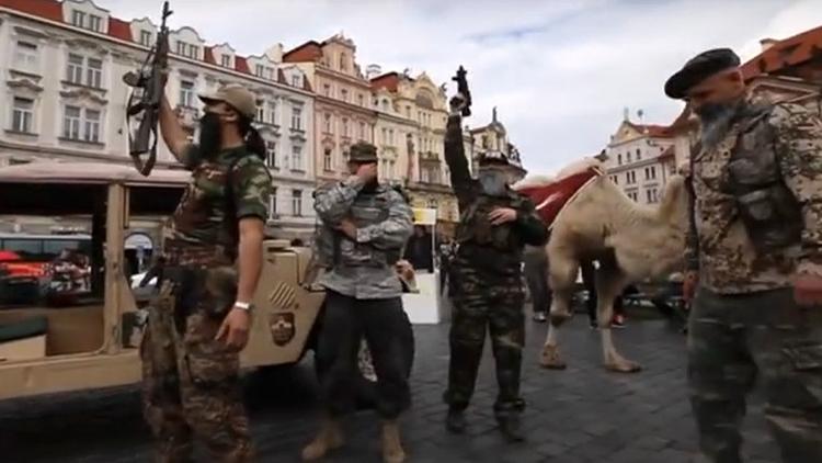 Barbas, armas y un camello: un grupo islamófobo finge un ataque del Estado Islámico en Praga (VIDEO)