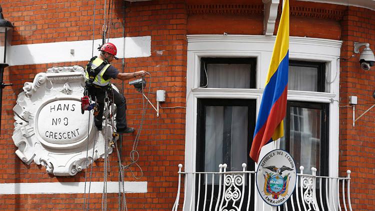 ¿Quería asesinar a Assange?: Un desconocido escala la embajada de Ecuador en Londres