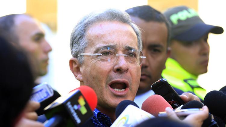Con una rosa blanca y de rodillas le piden a Uribe que se 'case' con la paz