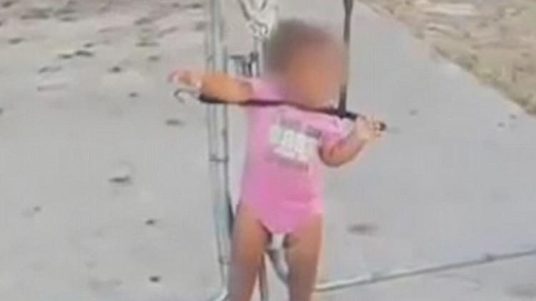 EE.UU.: Hallan a una niña atada con un cable elástico a un alambrado (Video)