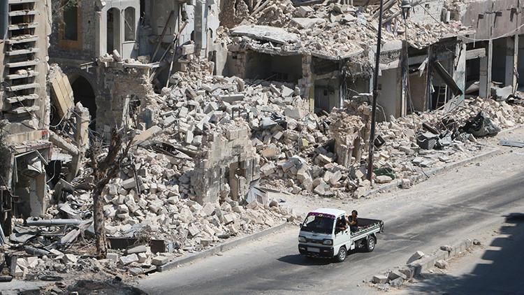 Hombres en una camioneta en la zona Bab al Hadid de Alepo (Siria), controlada por los rebeldes.