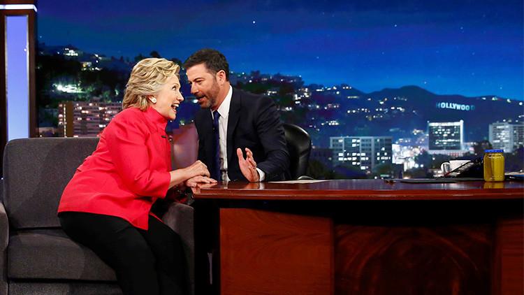 Hillary Clinton destapa un tarro de pepinillos para demostrar su buena salud