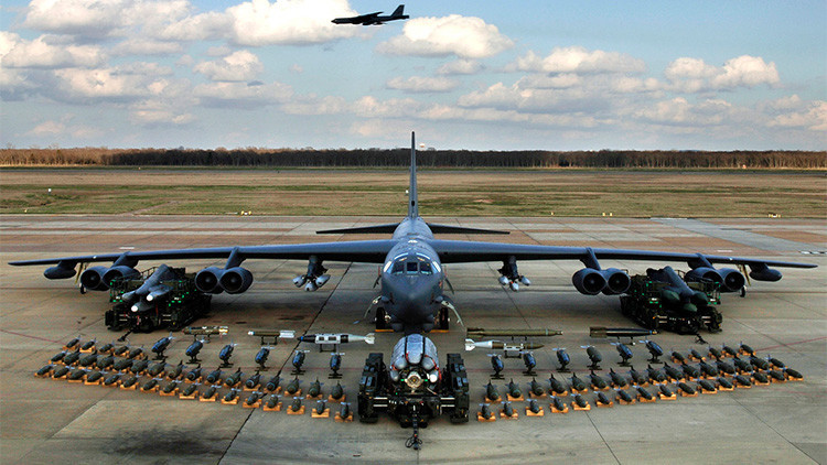 Los veteranos bombarderos B-52 lanzan por primera vez misiles de precisión desde su 'vientre'