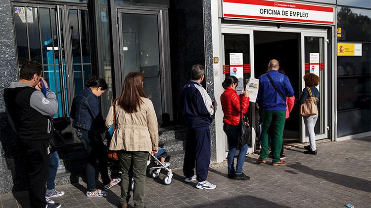 Personas desempleadas hacen cola a la entrada de una oficina de empleo en Madrid. 5 de mayo de 2015