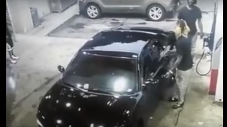 De película: Salvaje tiroteo con un AK-47 en una gasolinera de EE.UU. es registrado por las cámaras
