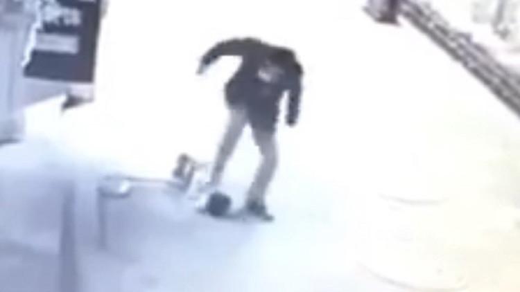 Inhumano: Golpea con dureza a un niño de dos años en China (Video 18+)