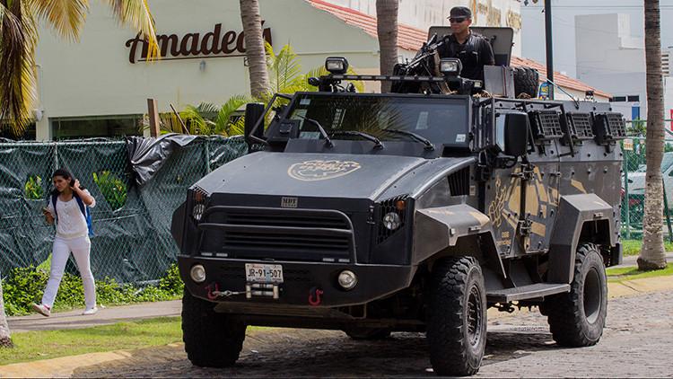 Un policía patrulla las calles durante una operación de seguridad en Puerto Vallarta, Jalisco, México, 18 de agosto de 2016.