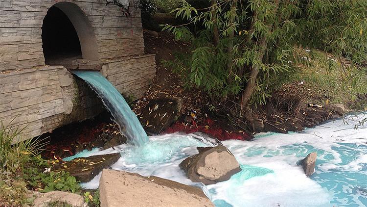 Foto: El agua de un río en Rusia se vuelve de repente de color azul brillante