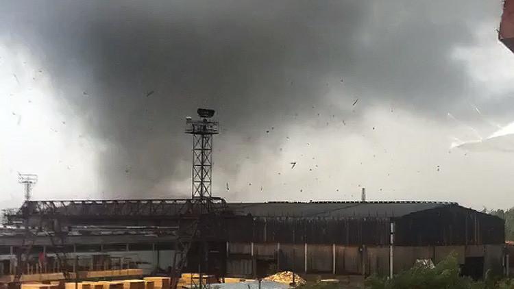 Video: Un tornado atípico derrumba una grúa en Rusia como si fuera de juguete