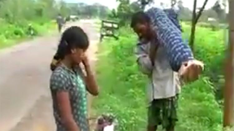 Video: Un hombre camina 12 kilómetros con el cuerpo de su esposa a hombros