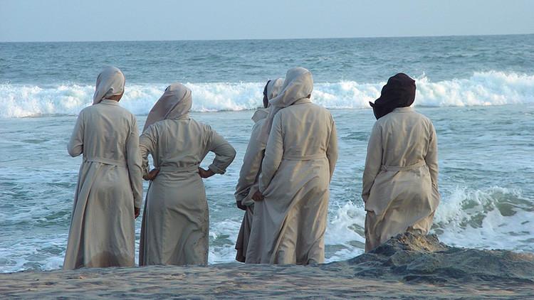 ¿Por qué Facebook bloqueó la cuenta de un imán que posteó una foto de monjas en la playa?